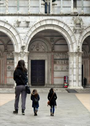Three girls visiting Lucca, because of architectural barriers, one of them will not be able to enter