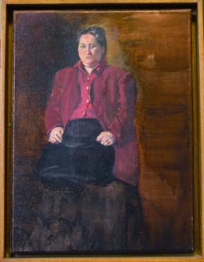 Donna con camicia rosa
