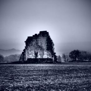 Le rovine che noi umani, stupidamente ci ostiniamo a conservare, non sono nient'altro che un esorcismo alla paura di evolvere .