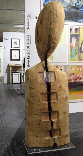 weinglas im holzkopf - testa di legno con bicchiere